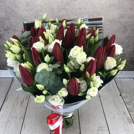 """Букет из 21 красного тюльпана""""Красное и белое"""""""