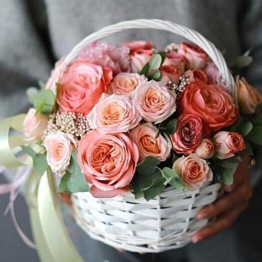 """Корзина с цветами  """"Сочный персик """""""
