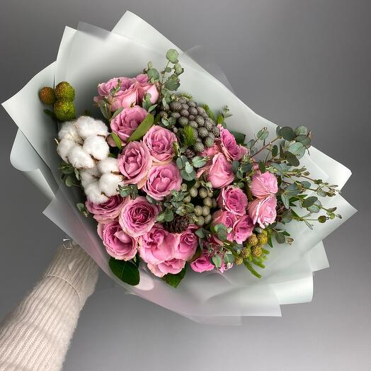 Сборный букет с розами и хлопком