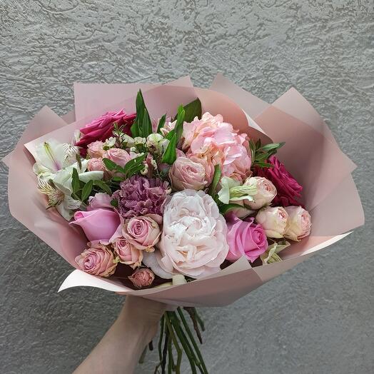 Красивый букет с пионом, гортензией и ассорти из цветов
