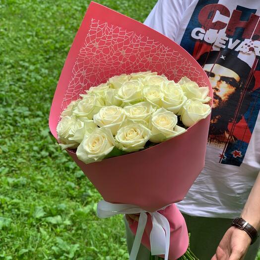 19 белых роз в фомиаране с сеткой