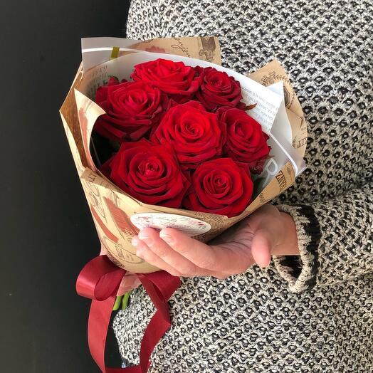 Flowers Lovers - 7 алых роз 50 см в оформлении