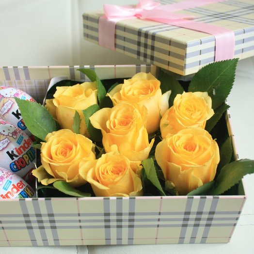 Коробочка с желтой розой и киндерами
