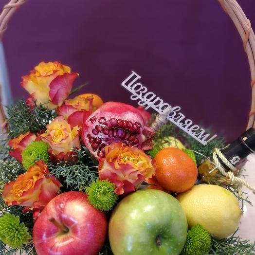 подарочная корзина с фруктами и цветами