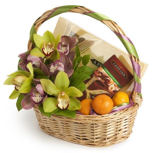 Корзина-подарок с цветами и шоколадом