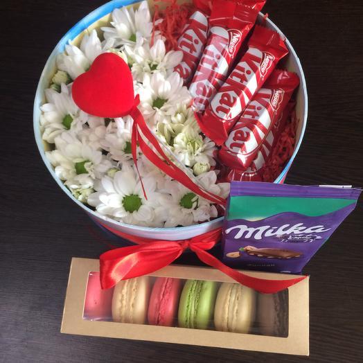 Combo set with kit Kat, Milka and macaroons