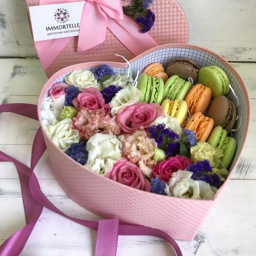 Сердце с макарунами: букеты цветов на заказ Flowwow