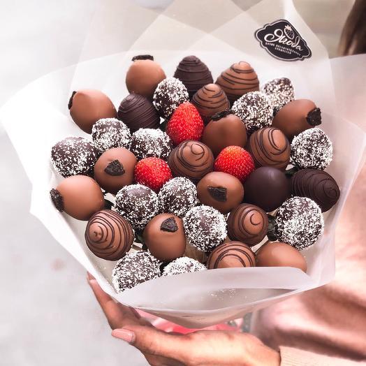 "A bouquet of strawberries in chocolate ""Dark"""