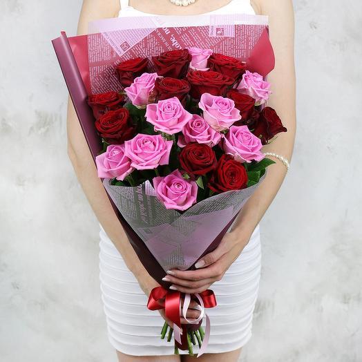 Букет из 21 красных и малиновых роз в оригинальной упаковке: букеты цветов на заказ Flowwow