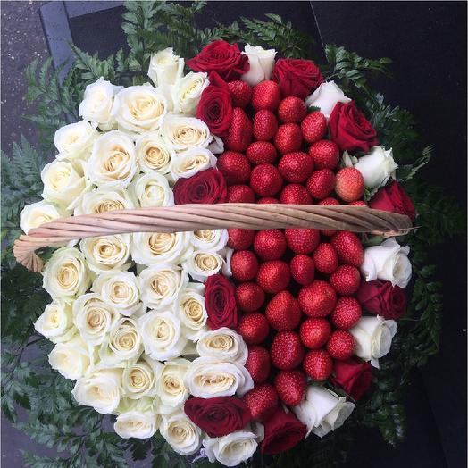 Корзина из 51 розы с клубникой: букеты цветов на заказ Flowwow