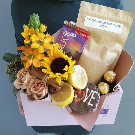 Подарочный набор из подсолнуха, орнитогалума, элитного чая и сладостей: букеты цветов на заказ Flowwow