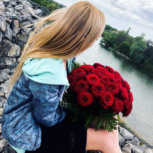 21 роза с зеленью: букеты цветов на заказ Flowwow