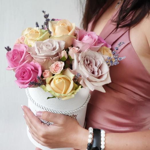 Шляпная коробка из необыкновенных роз и лаванды Чары: букеты цветов на заказ Flowwow