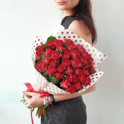 Букет из 35 алых роз в стильной упаковке