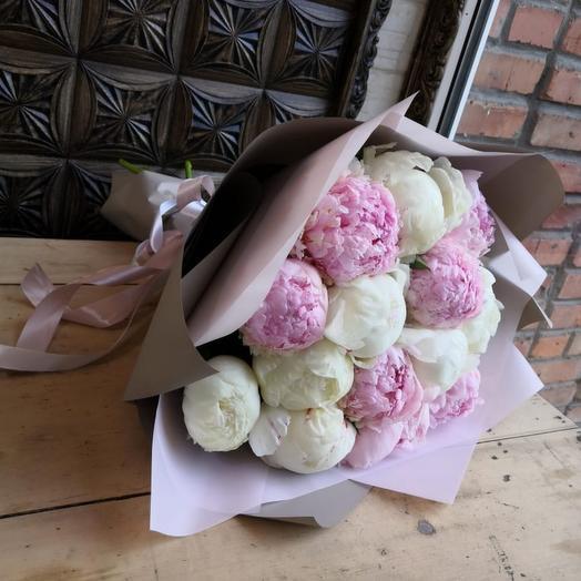 Букет из 15  белых и розовых пионов