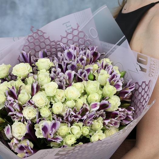 Букет из 9 высоких кустовых роз (Кения) и 10 альстромерий в дизайнерской упаковке