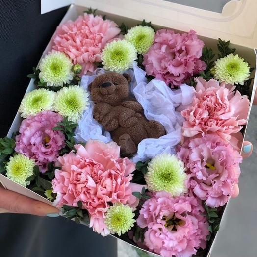 Коробка с цветами и шоколадным мишкой