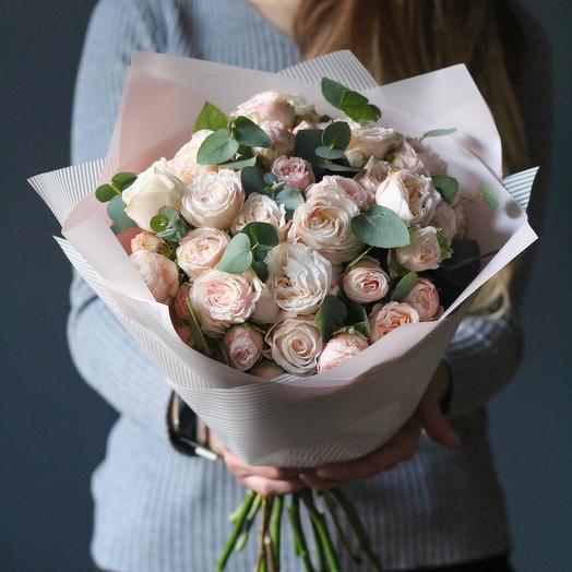 Букет из кустовых пионовидных роз и веточек эвкалипта