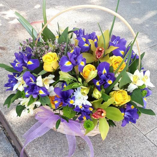 Корзина Летнее настроение с ирисами орхидеями и розами