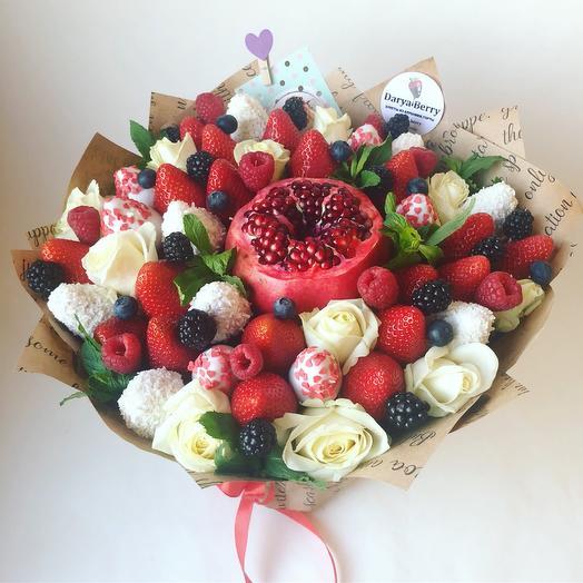 Букет из ягод и цветов с гранатом