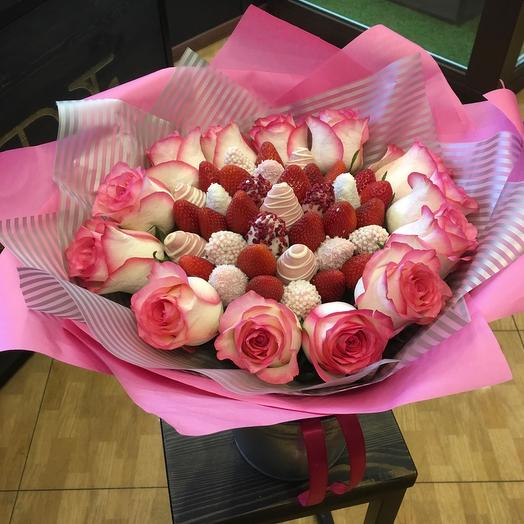 Клубничный букет М микс с розами