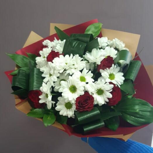 Букет ромашки с красными розами