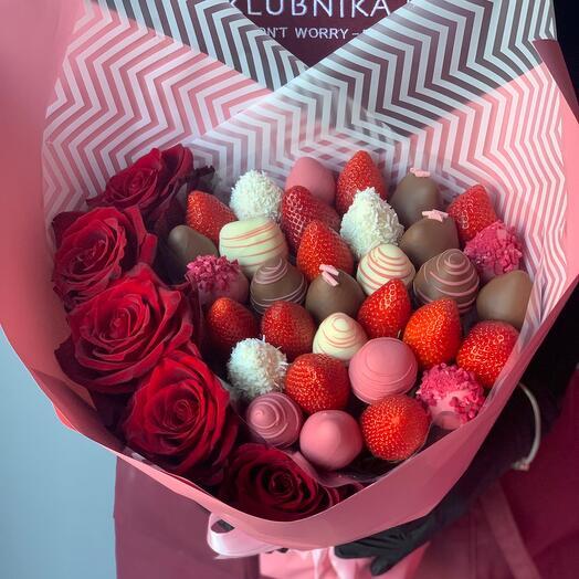 Букет клубничный с розами