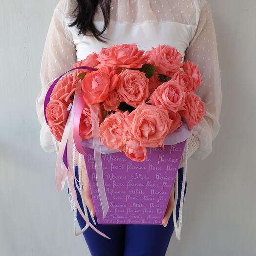 Корааловые кустовые розы в коробке