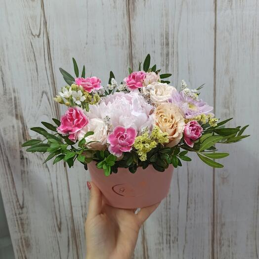 Цветы в коробке с пионом Сара Бернар
