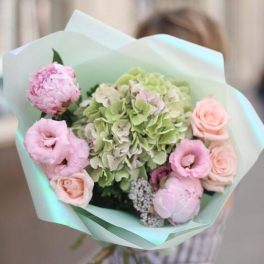 Букет из гортензии,пионов и роз