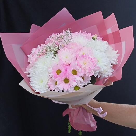 Букет из белых и розовых хризантем
