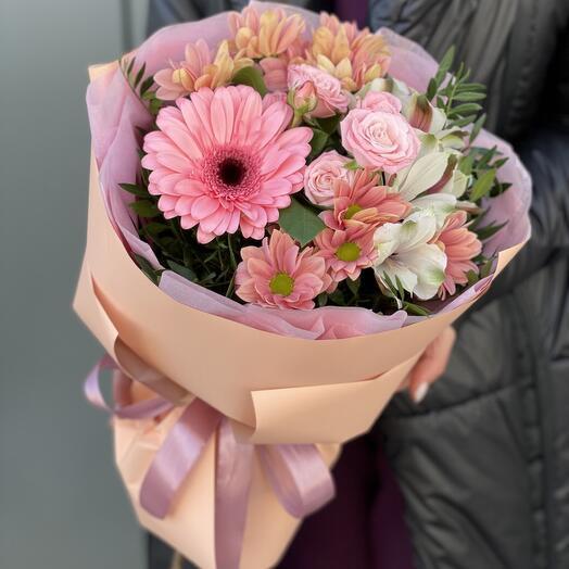 Букет из герберы, кустовой хризантемы, роз и альстромерии