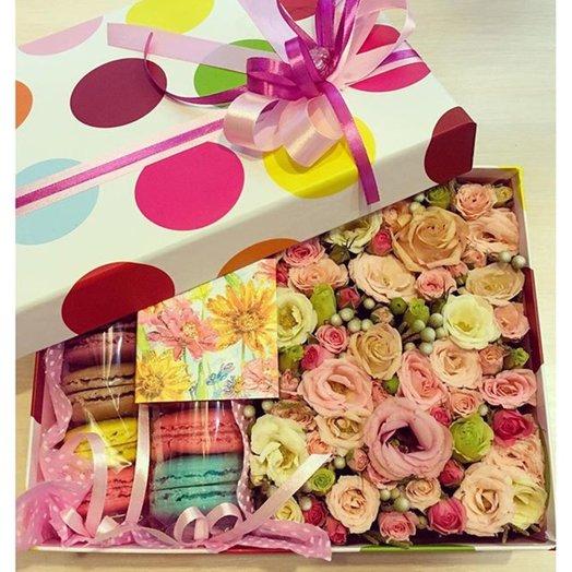 Коробка с цветами и макарунами: букеты цветов на заказ Flowwow
