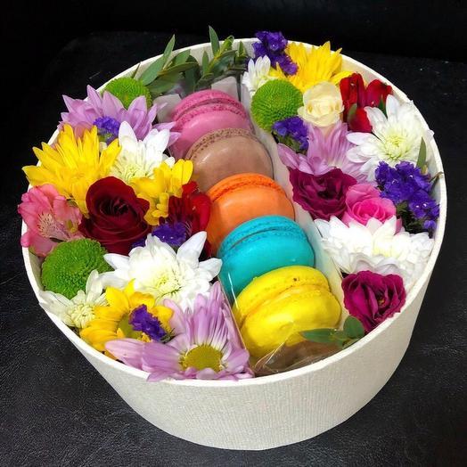 Цветы в коробочке с макаронсами: букеты цветов на заказ Flowwow