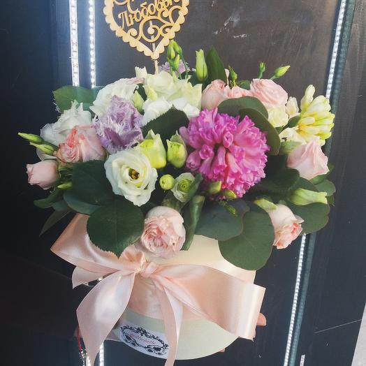 Коробка с гиацинтами и эустомой: букеты цветов на заказ Flowwow