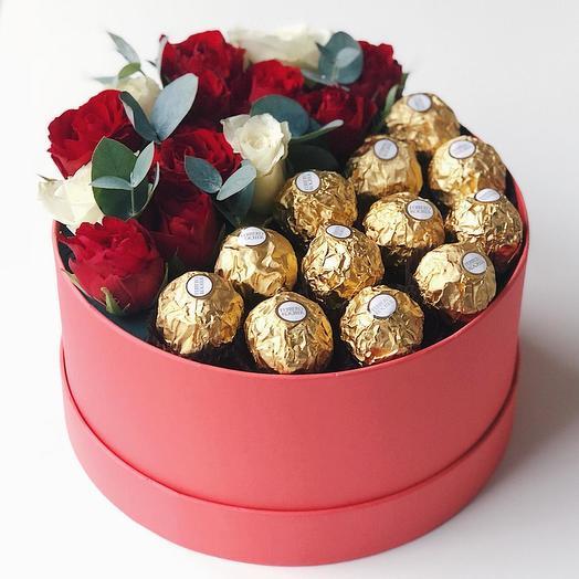 Коробка с шоколадом и ароматными розами