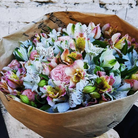 Букет с альстромерией и пионовидными розами Мисти Баблс: букеты цветов на заказ Flowwow
