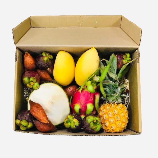 Экзотические фрукты в коробке . L