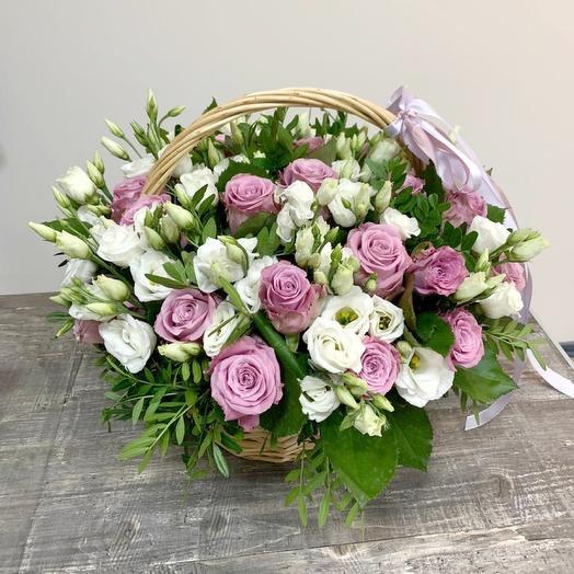 Корзина с розами и эустомой: букеты цветов на заказ Flowwow