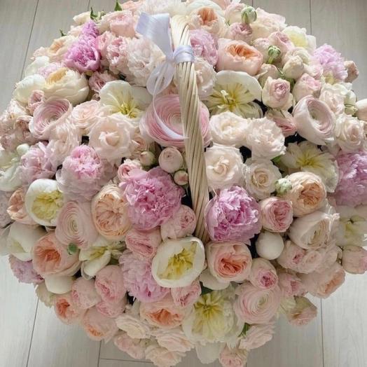 Большая корзина с пионами и розами