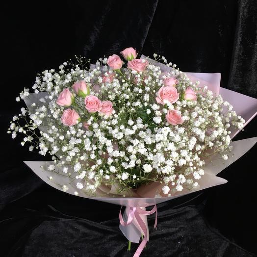 Воздушный букет из гипсофилы и роз