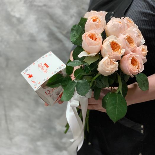 Букет из пионовидной розы Джульетта и конфет Raffaello
