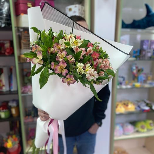 Букет из альстромерии, упаковка нежно розового цвета