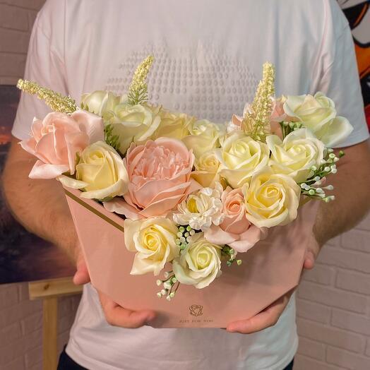 Букет из мыльных роз, пионов, астры