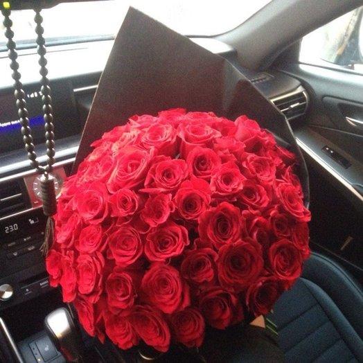 Красные в черном: букеты цветов на заказ Flowwow