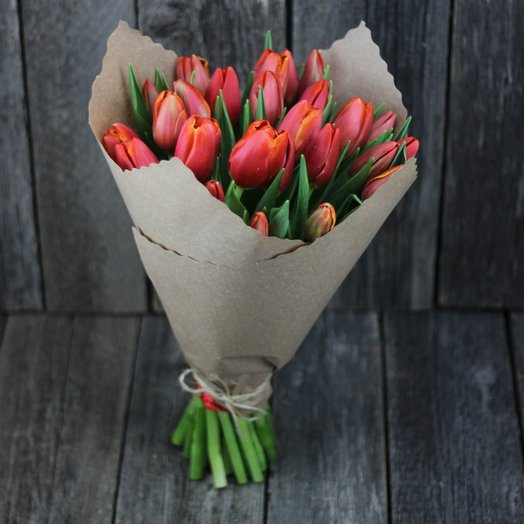 Букет из 25 красно-рыжих тюльпанов