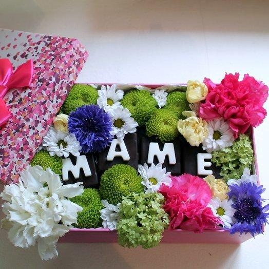 Цветочная композиция Маме с конфетами: букеты цветов на заказ Flowwow