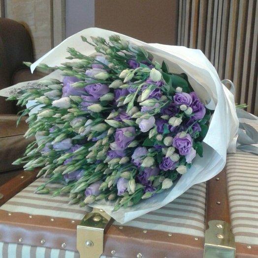 Букет из лизиантусов в бумаге тишью: букеты цветов на заказ Flowwow