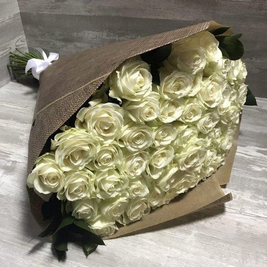 51 белая роза в крафт: букеты цветов на заказ Flowwow