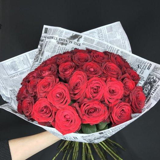 35 красных роз в крафтовой упаковке: букеты цветов на заказ Flowwow